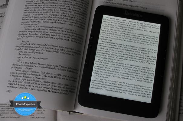 Kniha vs eReading 4 Touch Light (zapnuté nasvícení)