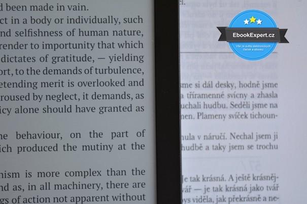 Text na displeji čtečky PocketBook Sense a kniha v pozadí