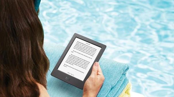 ebook čtečka u bazénu