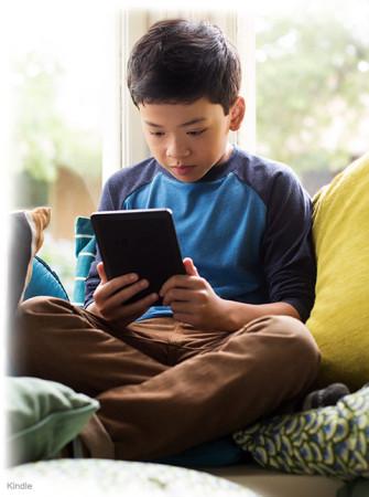 Kindle 6 Touch - dítě si čte